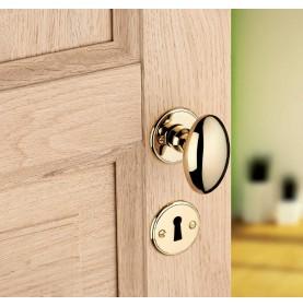 Bouton olive en laiton sur porte en bois
